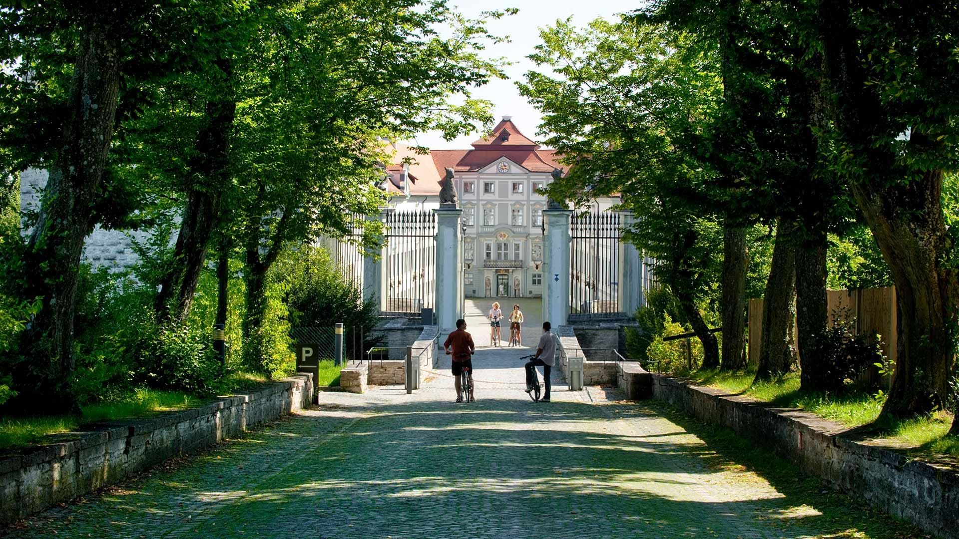 Fietsers bij Schloss Hirschbreg © Naturpark Altmühltal