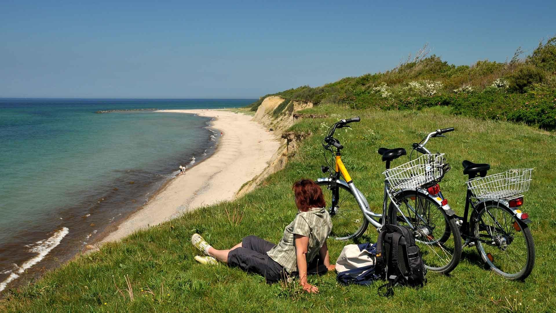 Pauzeren in de duinen met uitzicht over de Oostzee tijdens een fietsreis op de Ostseeküstenradweg.