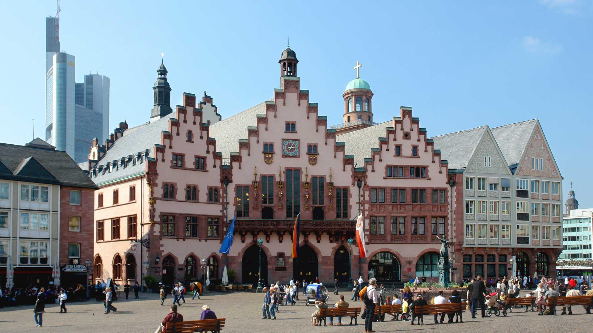 De oude Roemer en de skyline vormen een interessant contrast in Frankfurt am Main.