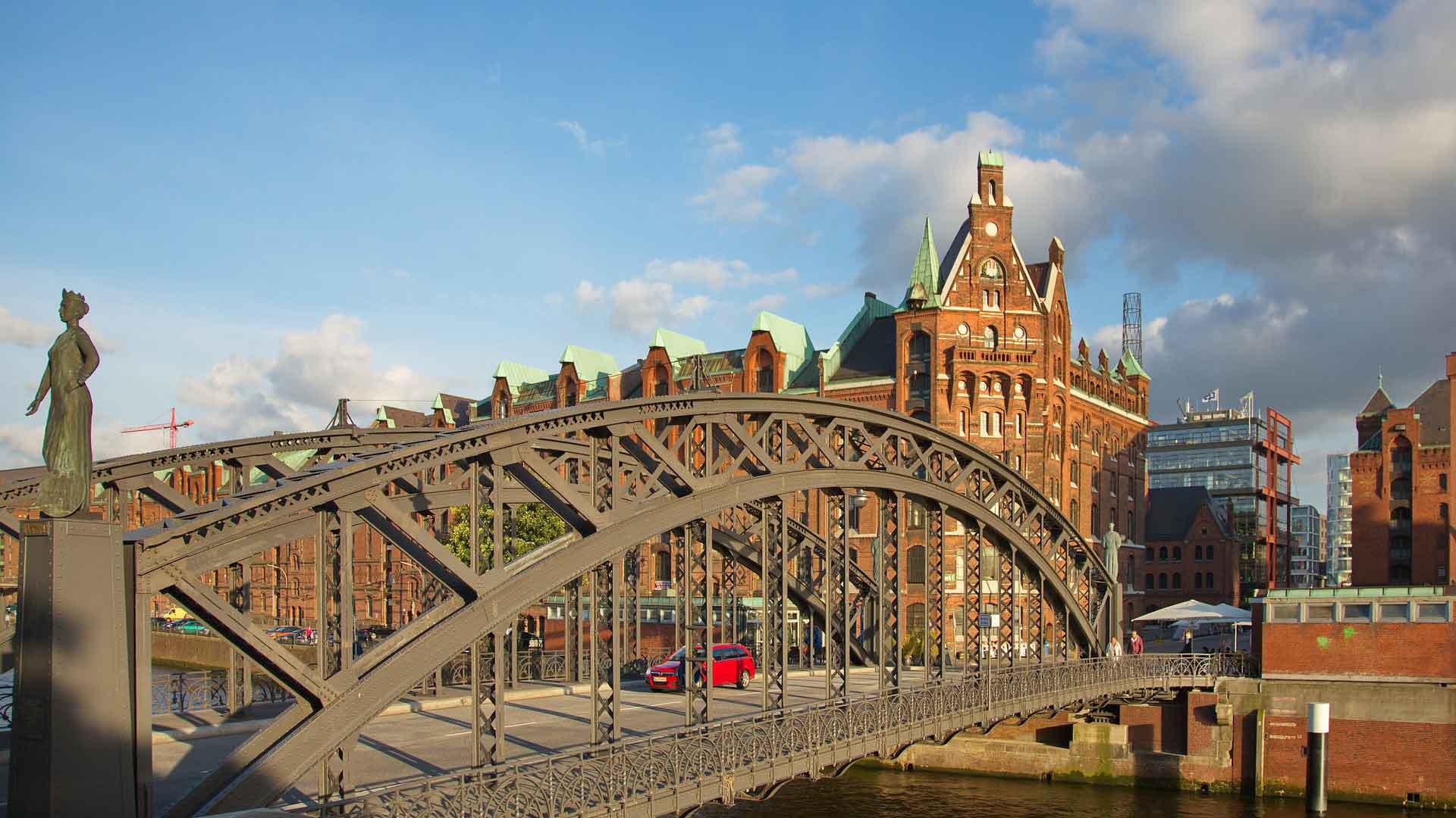 Een van de bruggen die naar de Speicherstadt in Hamburg voert.