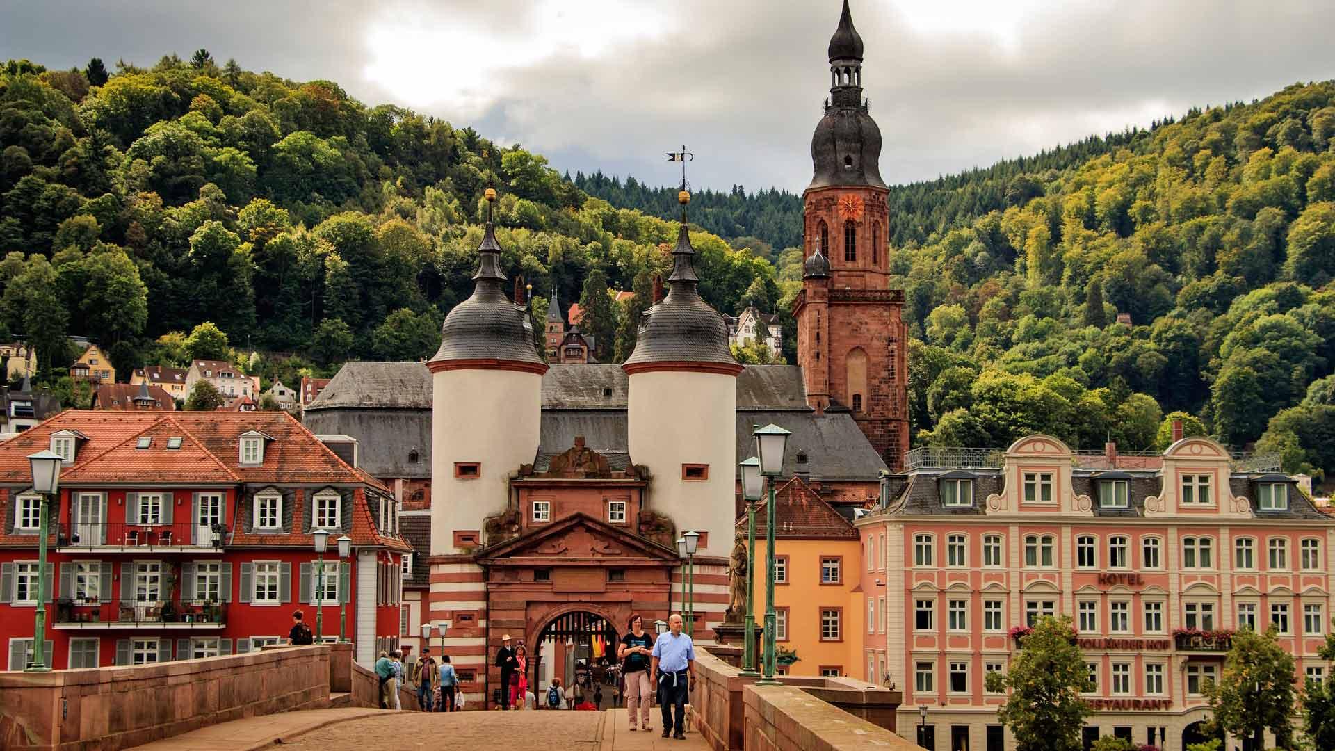 De beroemde zandstenen brug over de Neckar in Heidelberg.