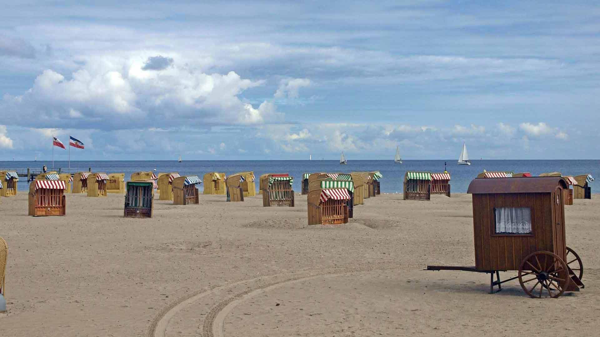 Het brede zandstrand aan de Oostzee in Hohwacht.