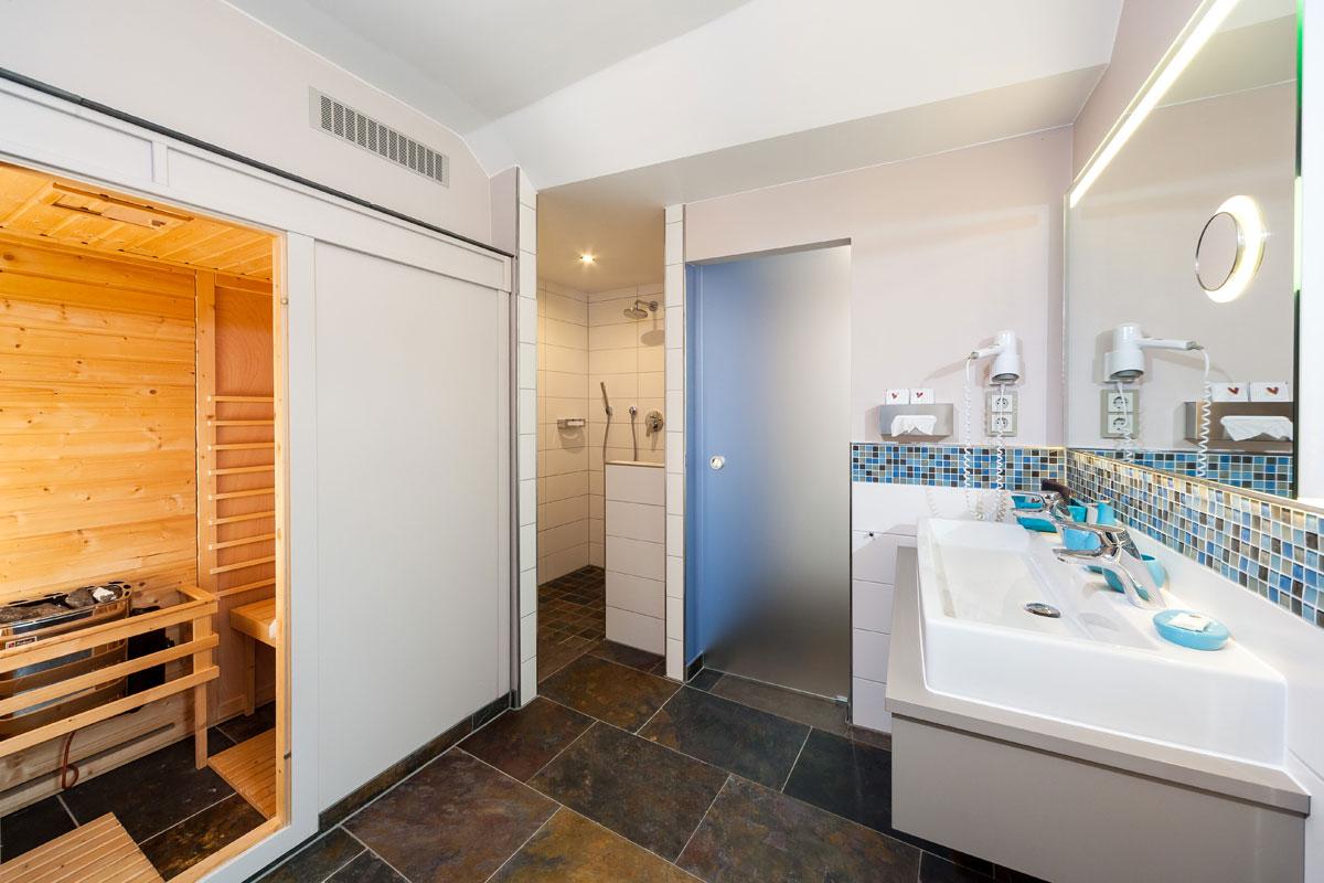Badkamer met eigen sauna in de suite van Hotel Halfenstube