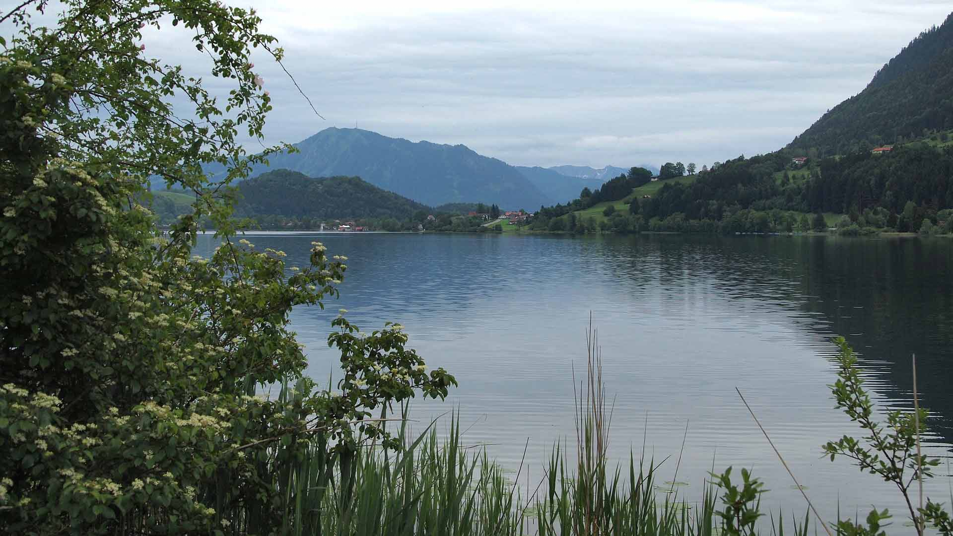 Bij Immenstadt ligt een groot meer.