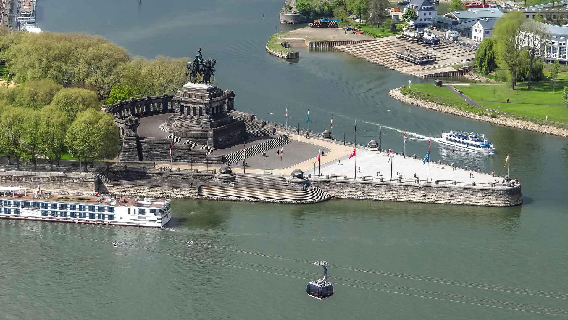 Deutsches Eck in Koblenz. Hier stroomt de Moezel in de Rijn.