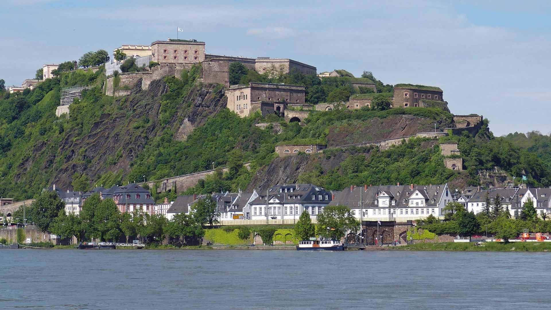 Vesting Ehrenbreitstein in Koblenz zie je al van veraf liggen.