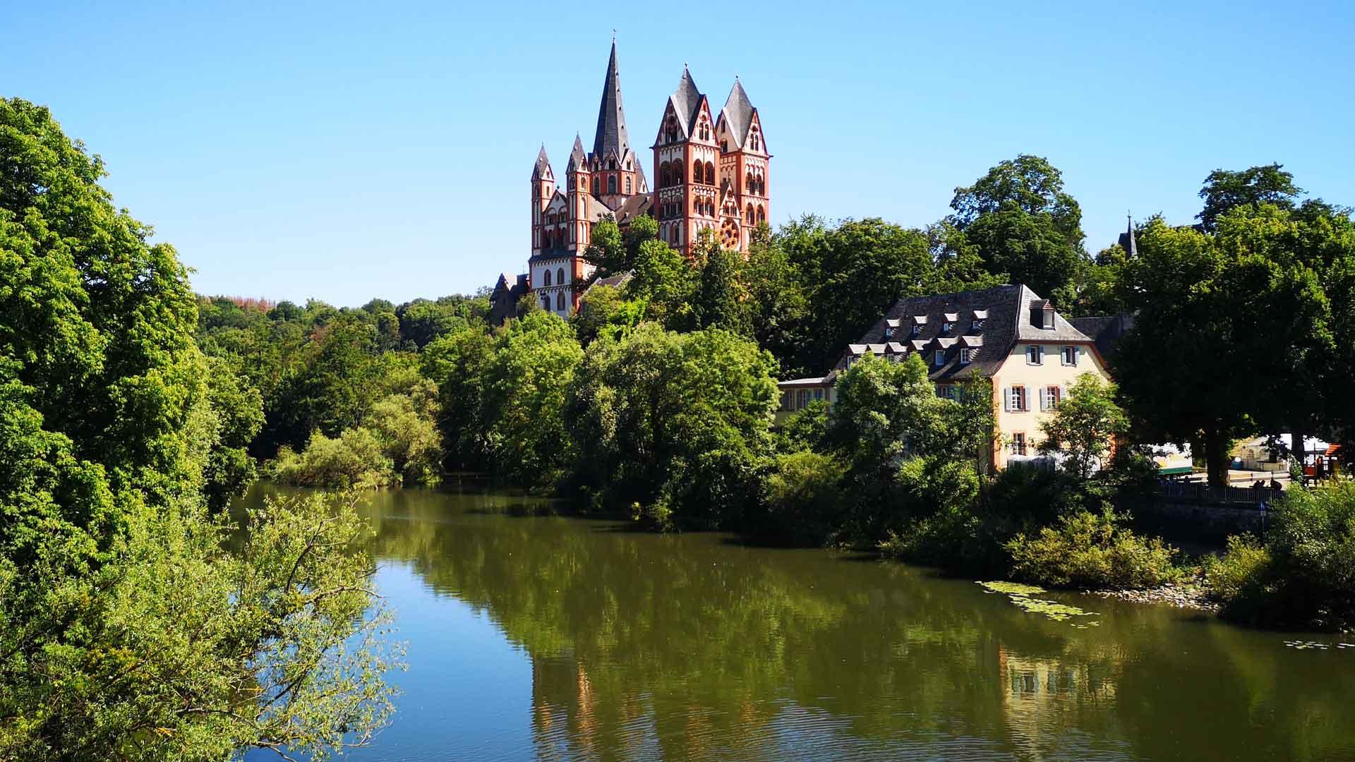 Vanaf de oude brug heb je het mooiste uitzicht op de dom van Limburg aan de Lahn.