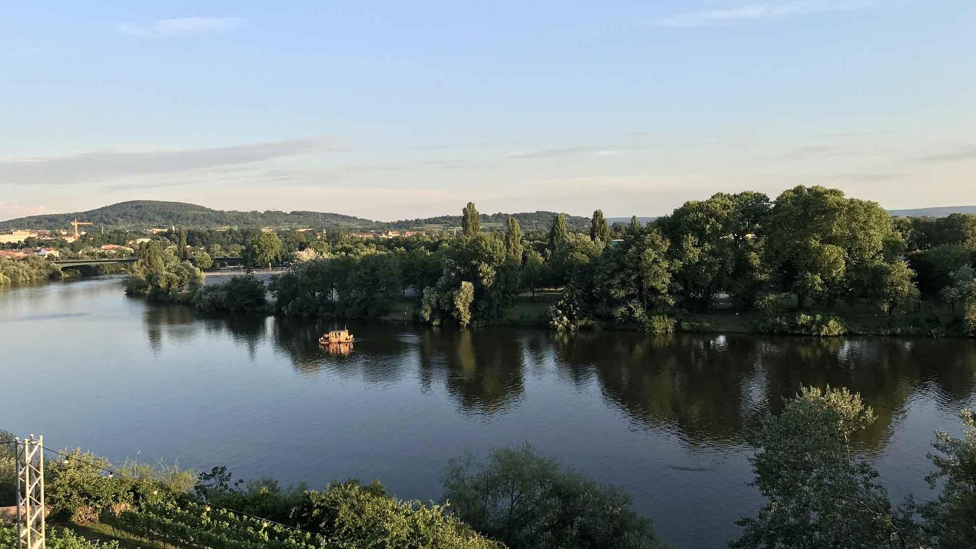Aschaffenburg ligt prachtig aan de Main.