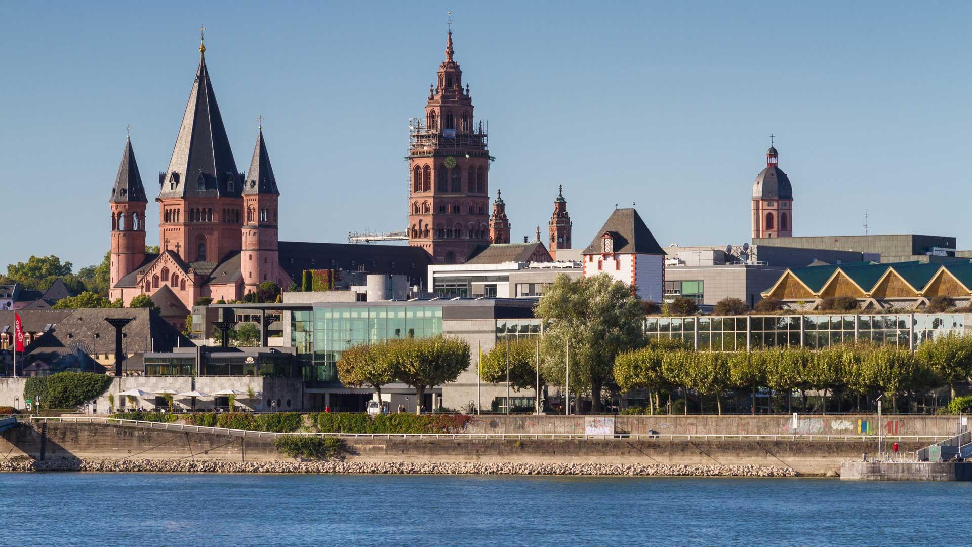 InIn Mainz mondt de Main uit in de Rijn.