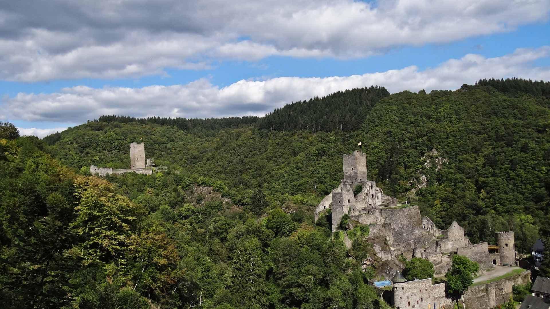 Manderscheid in de Eifel heeft maar lieftst 2 kastelen.