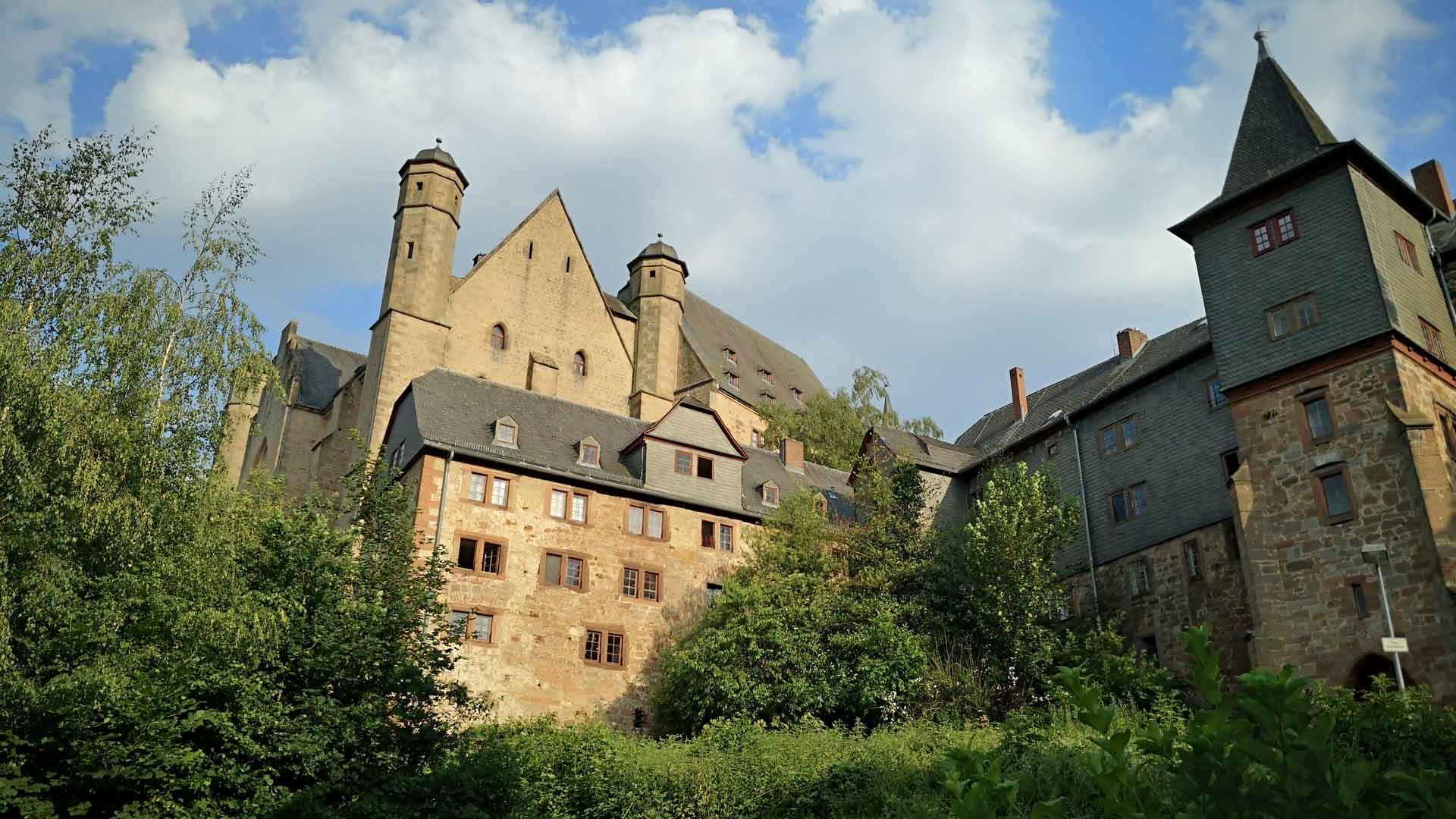 Het kasteel van Marburg torent hoog boven de stad uit.