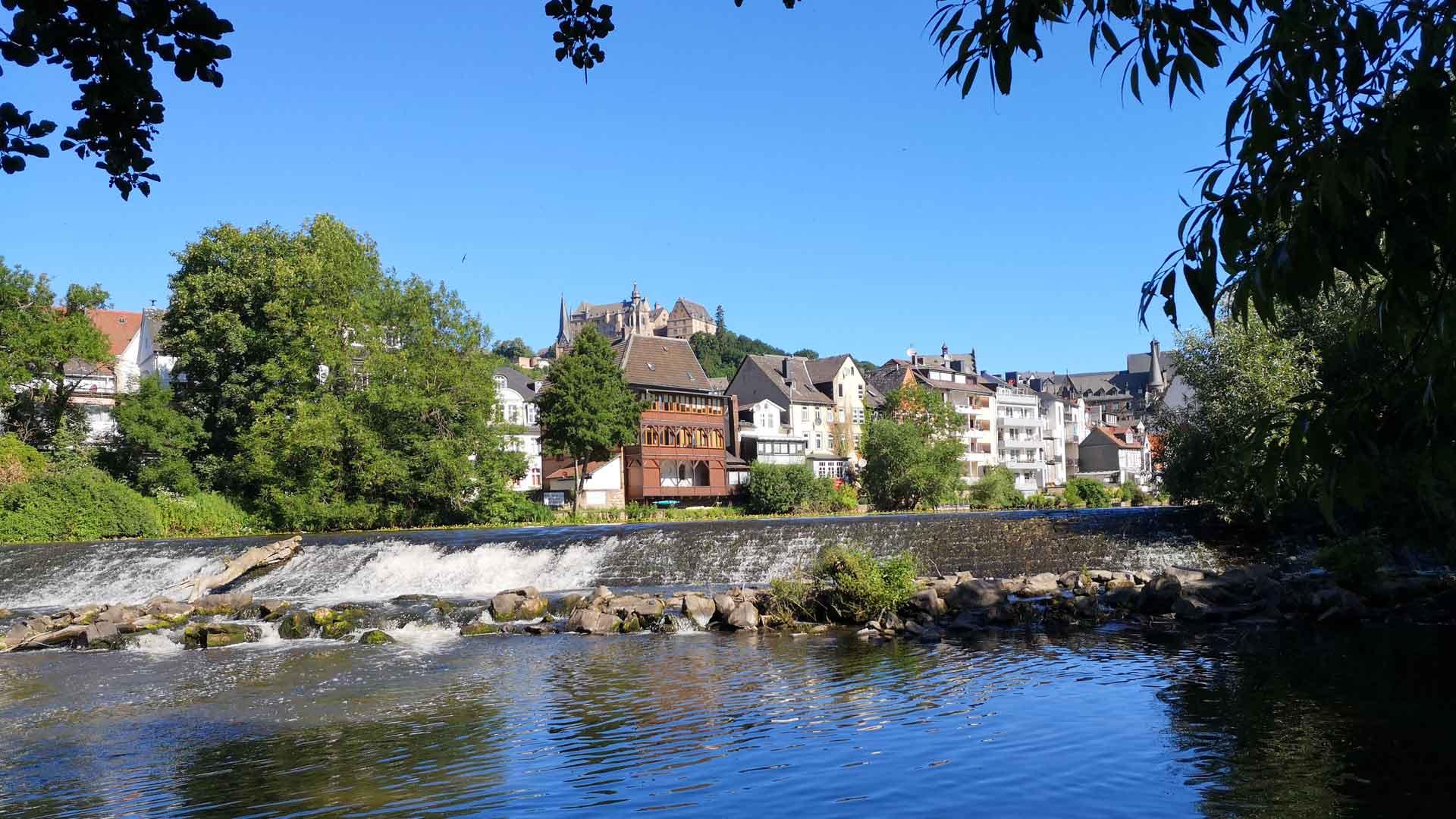 Uitzicht op Marburg vanaf de Lahnradweg.