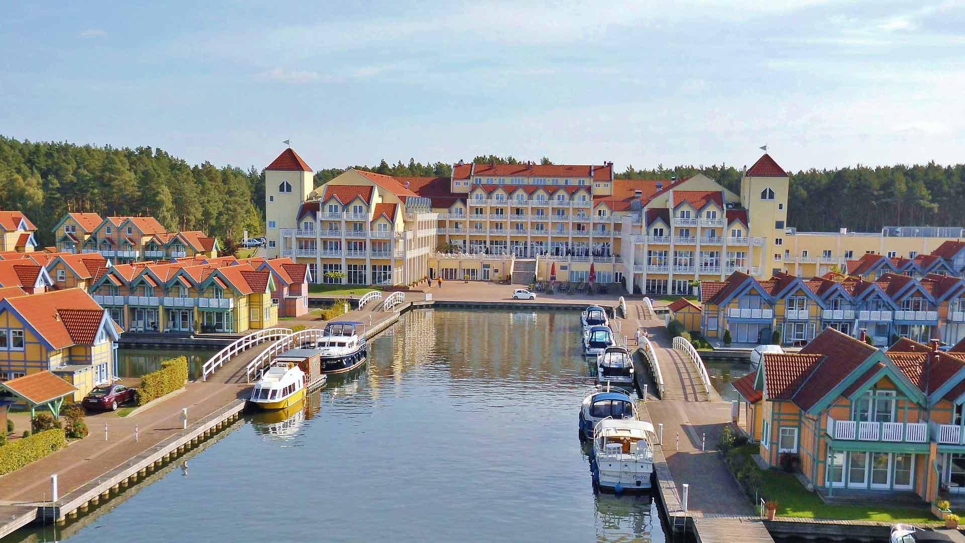 Het 4 sterren Maritim Hotel ligt aan de jachthaven van Rheinsberg.