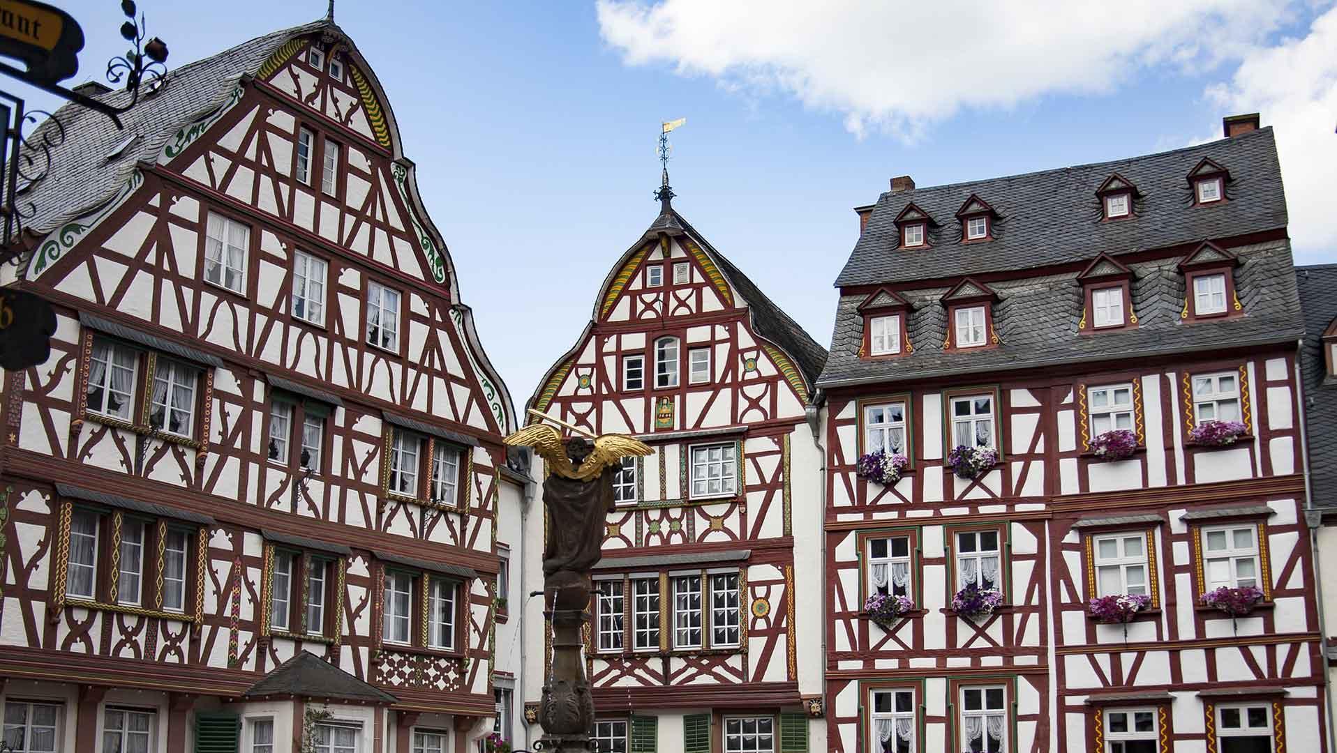 Mooie vakwerkhuizen in Bernkastel-Kues aan de Moezel.