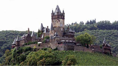 De beroemde burcht van Cochem torent boven de Moezel uit.