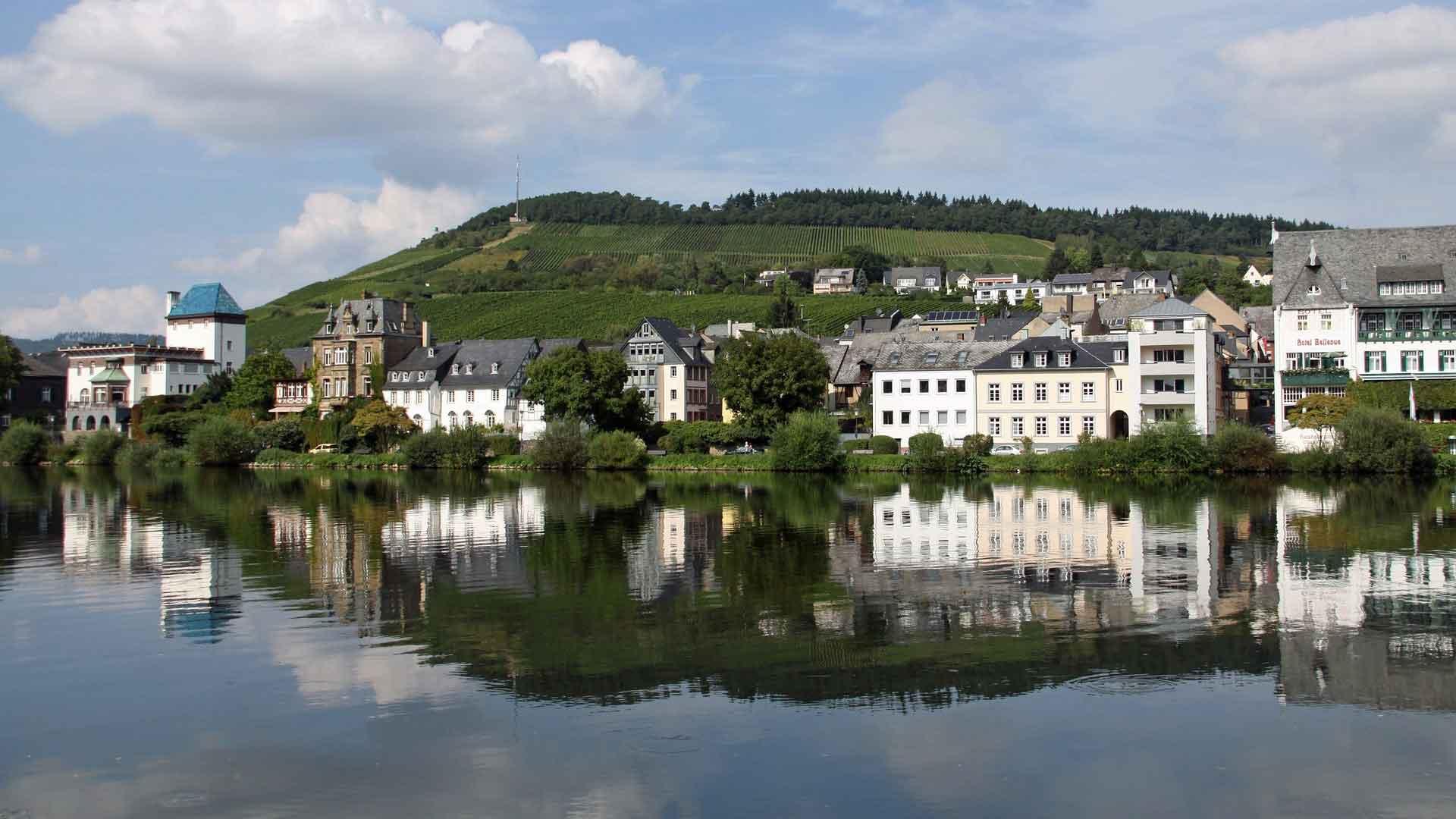 Het wijnstadje Traben-Trarbach wordt gespiegeld in de Moezel.