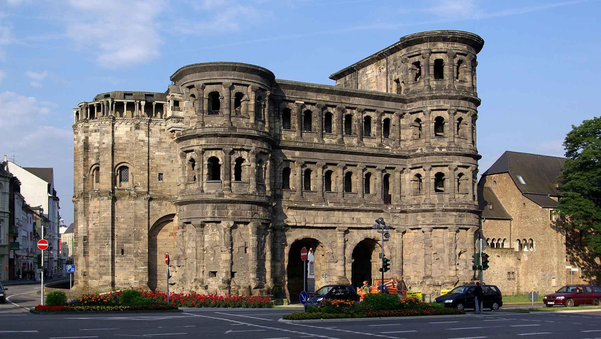 De Romeinse stadspoort Porta Nigra in Trier.