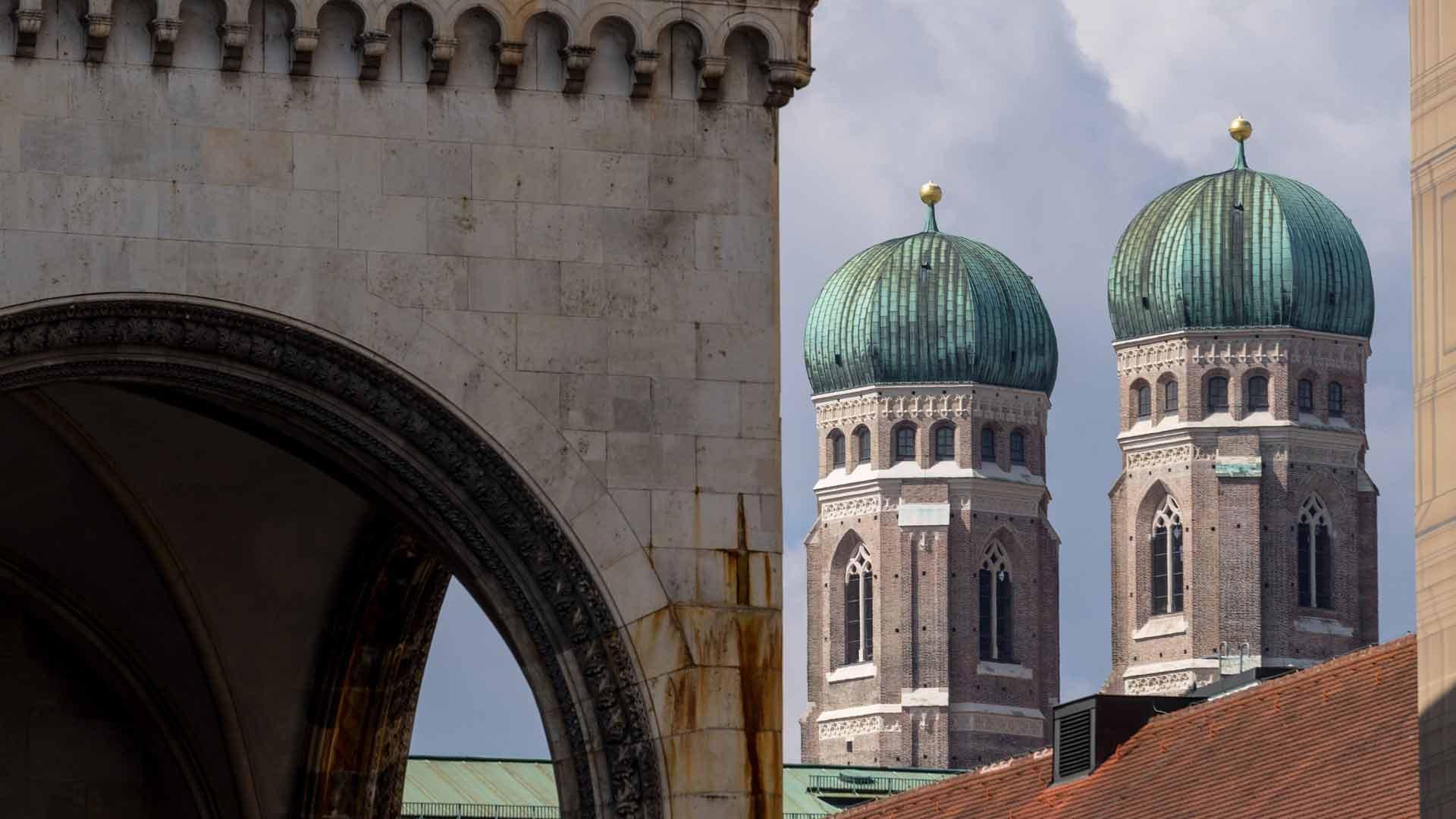 De karakteristieke toren van de Frauenkirche in München
