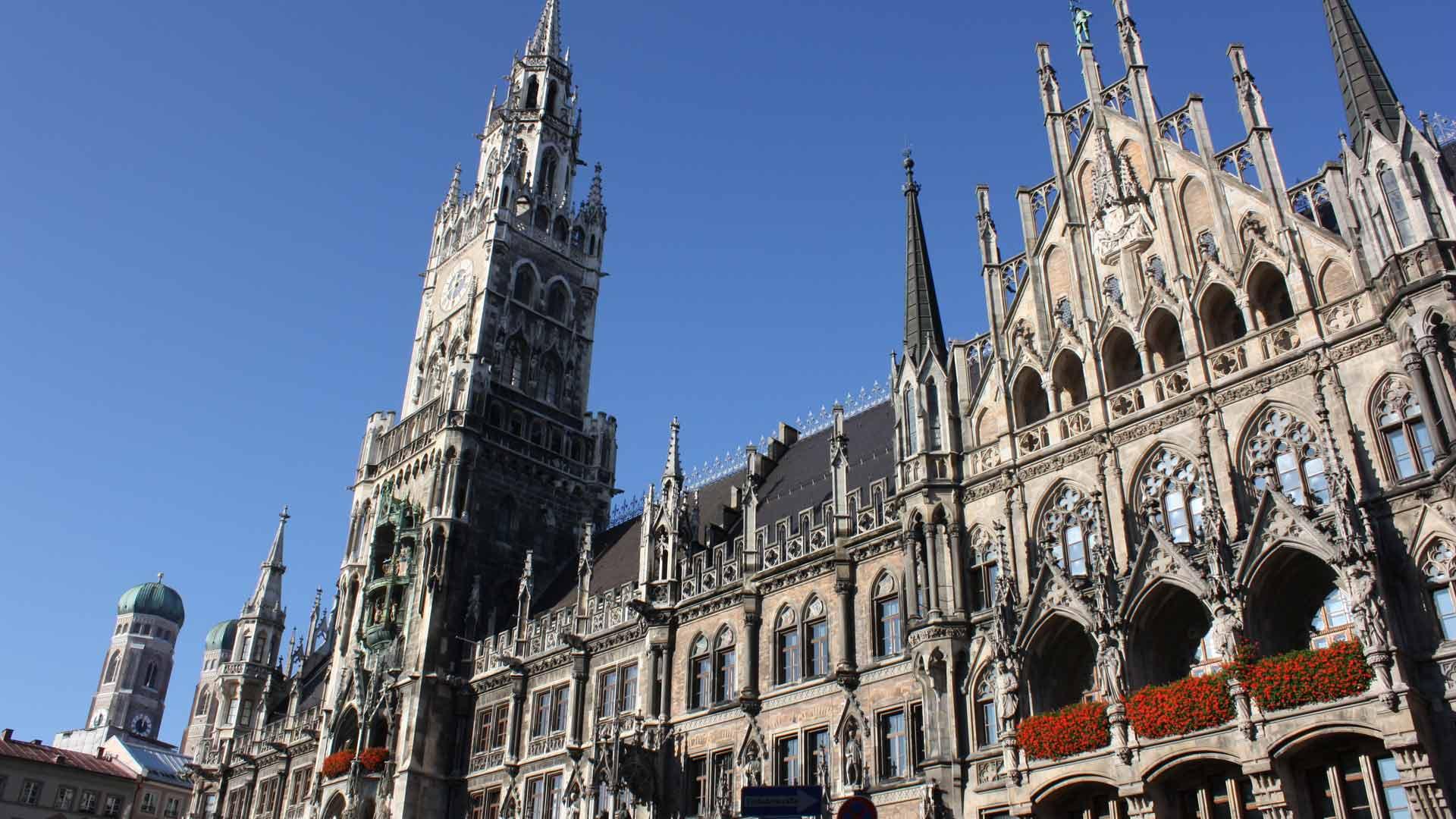 Het prachtige neo-gotische stadhuis van München op de Marienplatz.