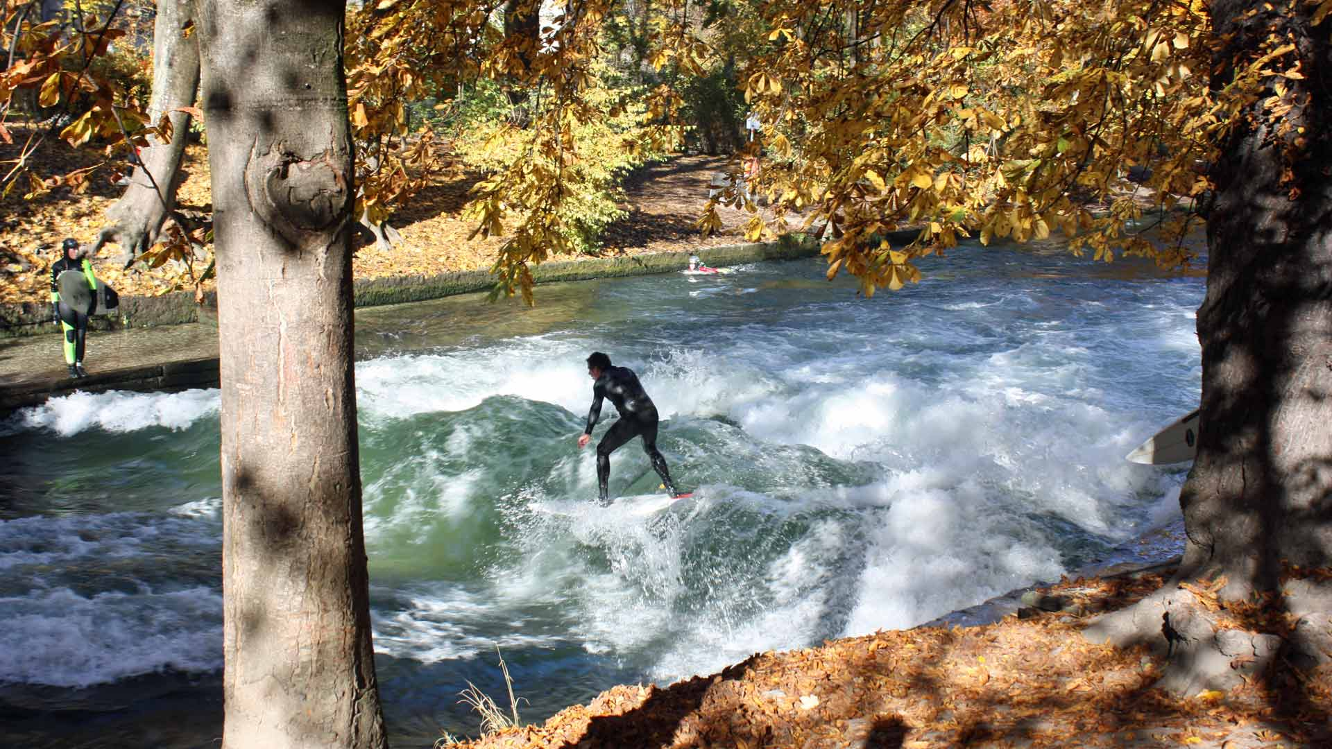 Het hele jaar door wordt er gesurfd op de Eisbach in de Englischer Garten in München.