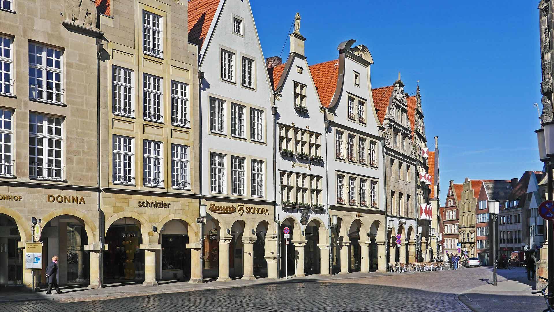 Onder de bogen van de Prinzipalmarkt in Münster zijn chique winkels gevestigd.