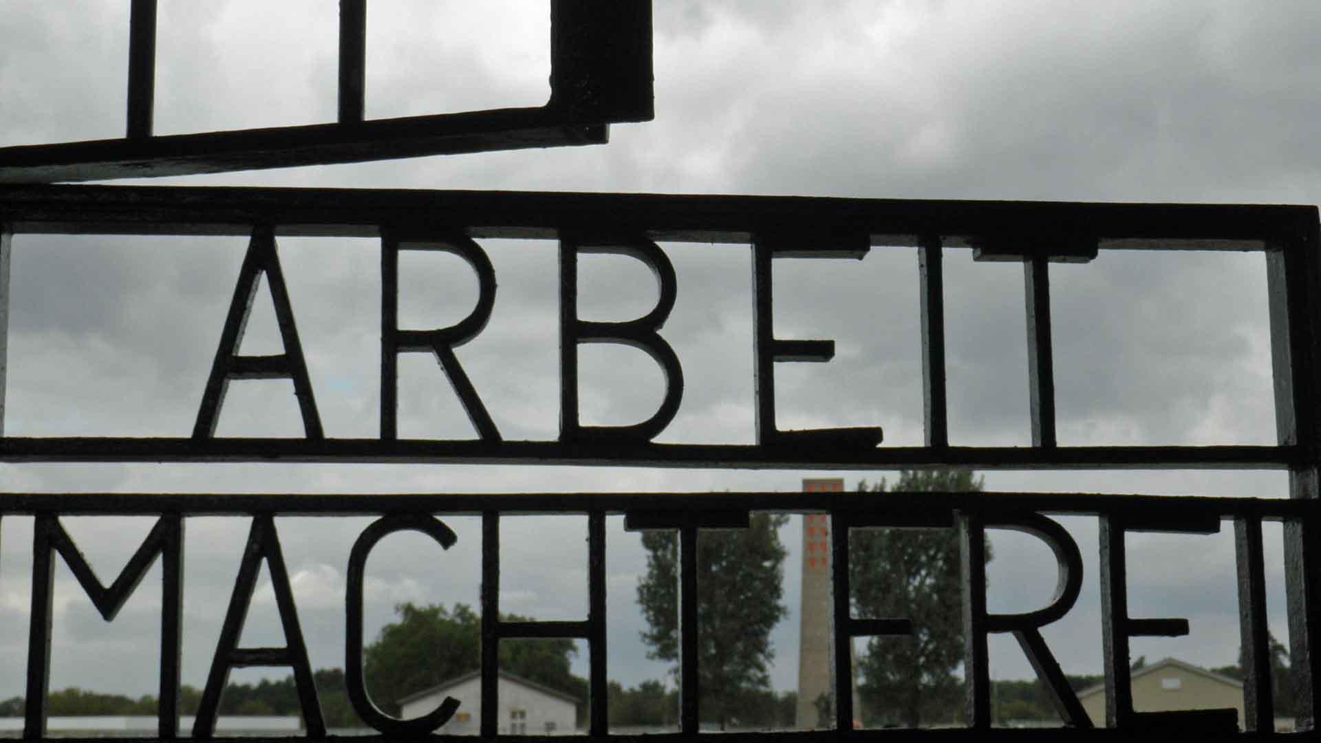 Poort van het voormalig concentratiekamp Sachsenhausen bij Oranienburg.