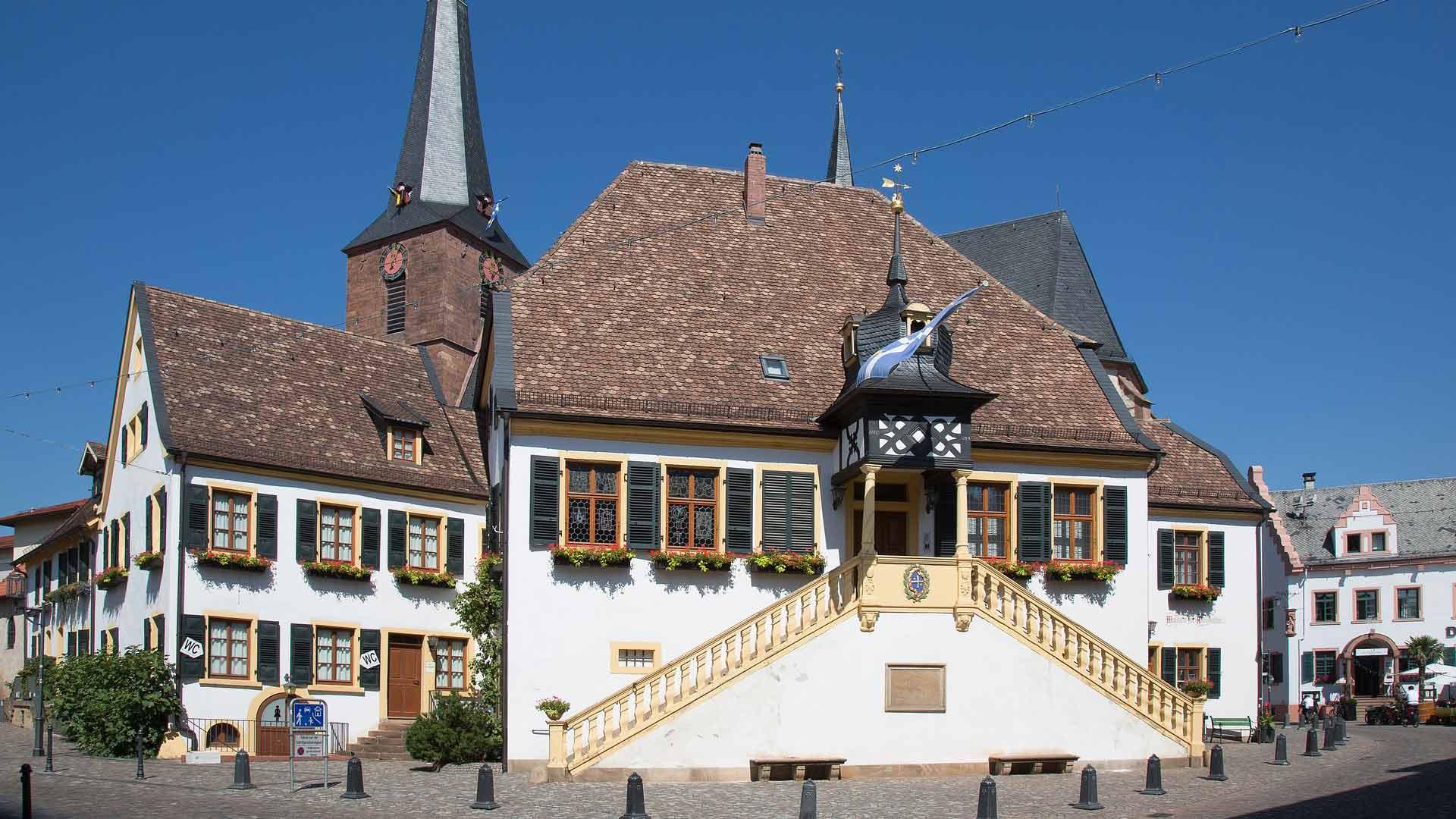 Het historische stadhuis in Deidesheim in de Pfalz.
