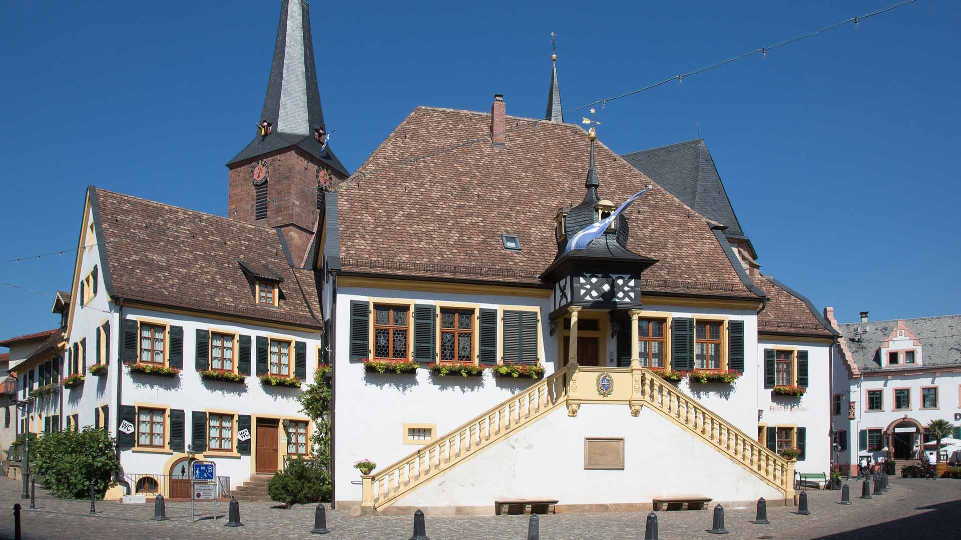 Het stadhuis van Deidesheim in de Pfalz.