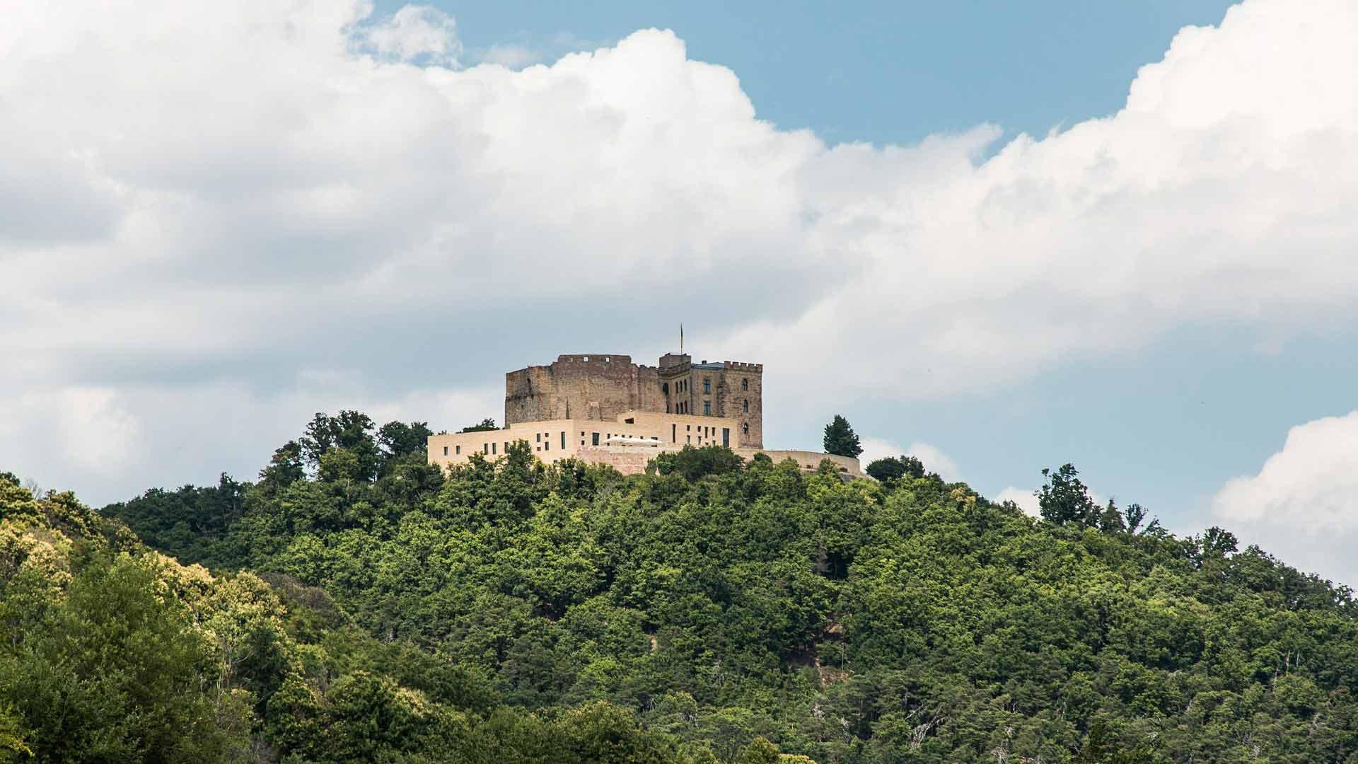 Het Hambacher Schloss in de Pfalz geldt als bakermat van de Duitse democratie.