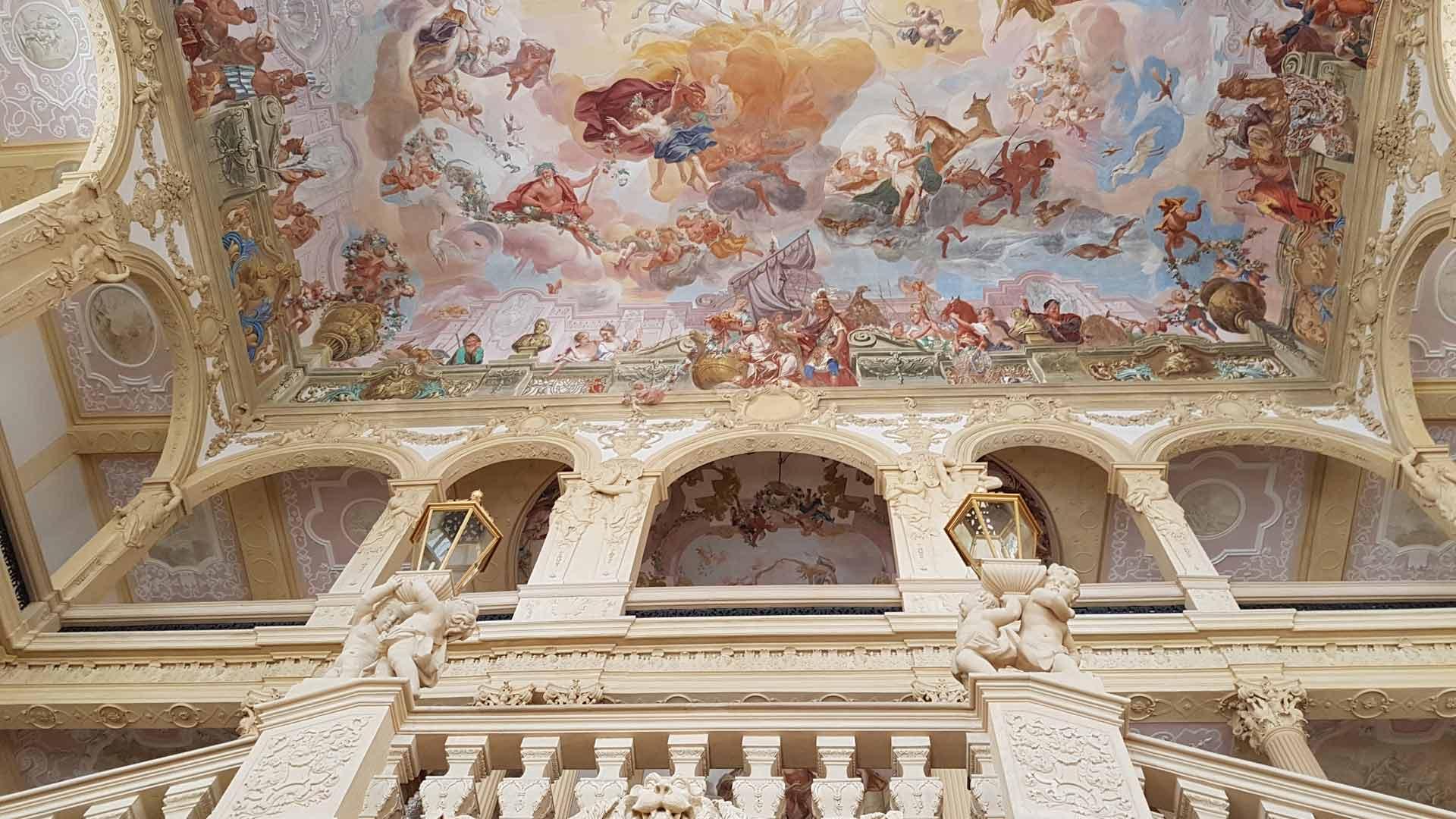 Het indrukwekkende barokke trappenhuis van slot Pommersfelden. © fietsvakantie-duitsland.nl