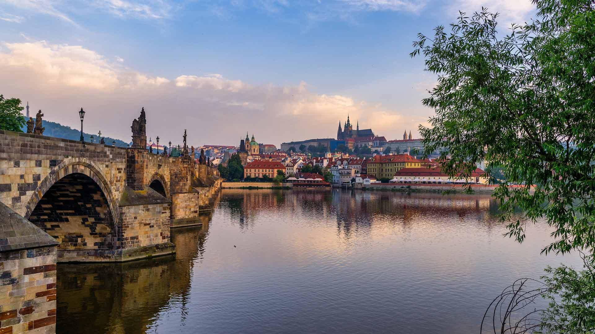 Uitzicht op de geweldige stad Praag aan de Moldau.