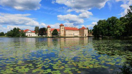 Het prachtige kasteel van Rheinsberg ligt direct aan het meer.