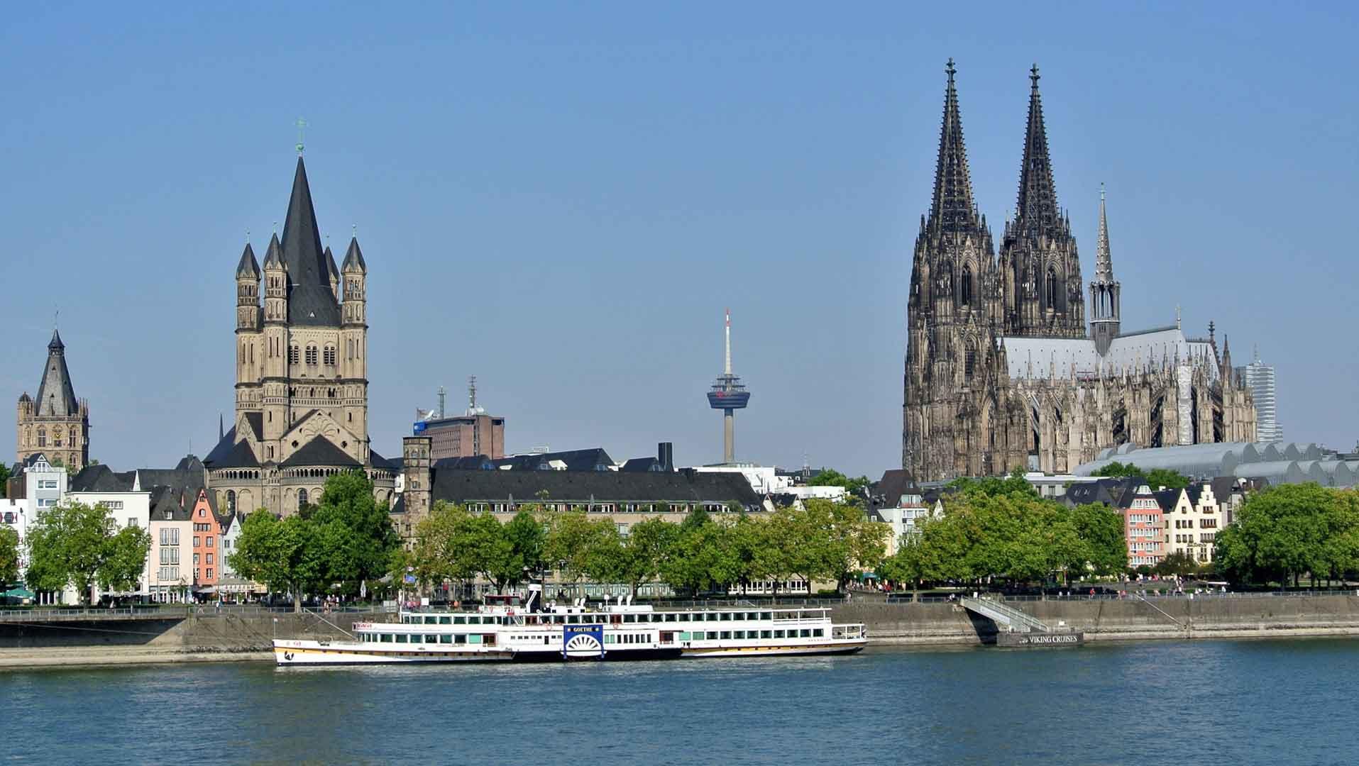 De Dom van Keulen torent boven de Rijn uit.