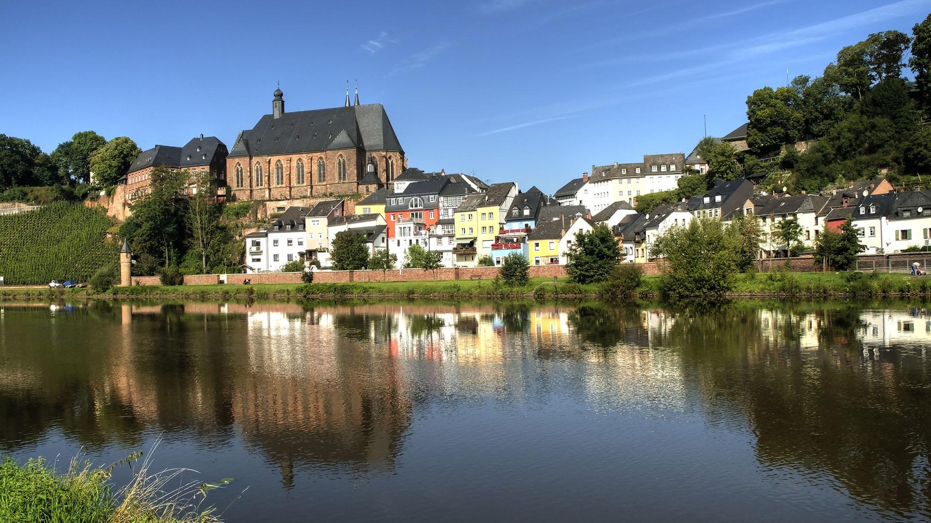 Het stadje Saarburg aan de Saar.