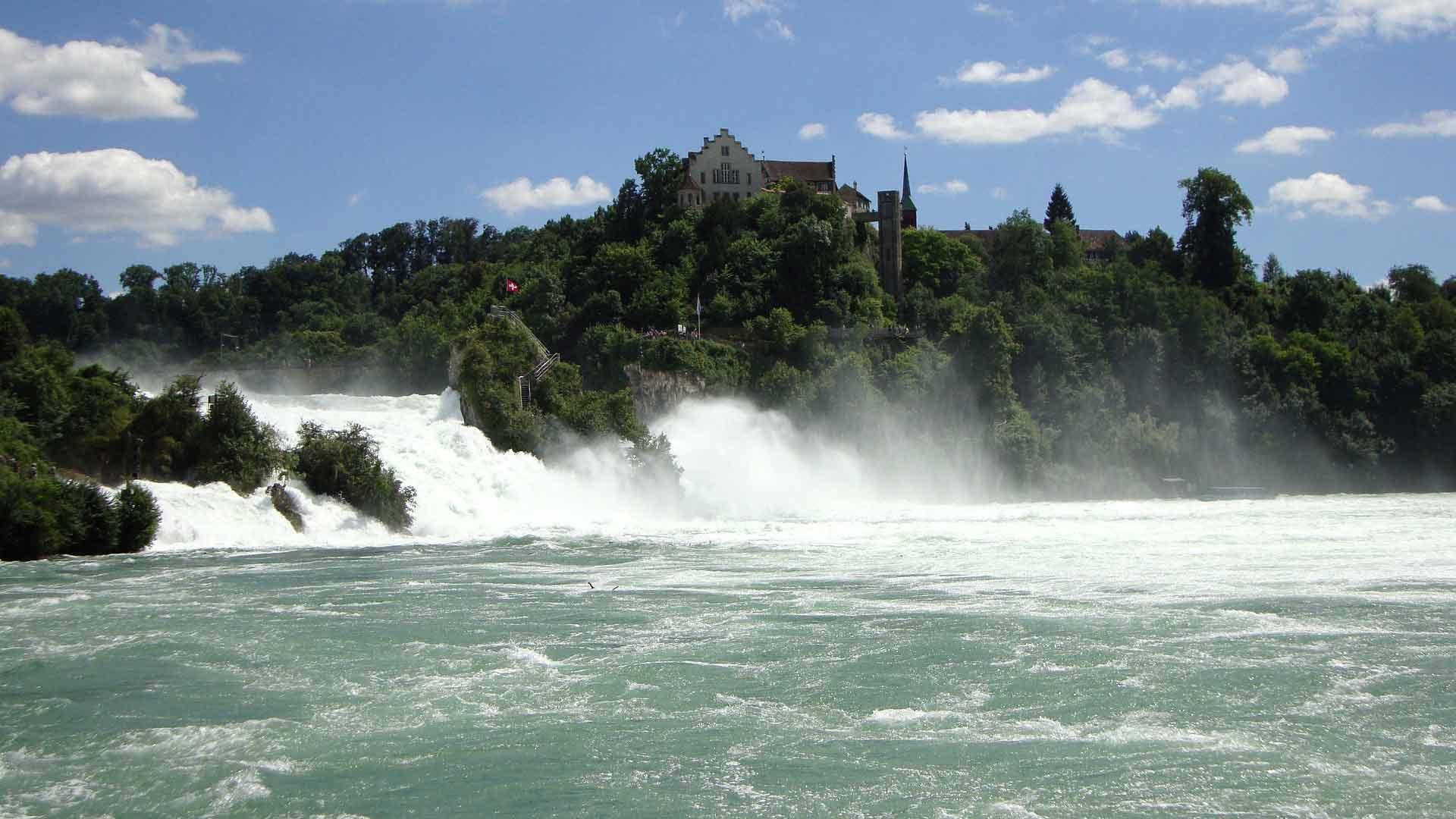 De beroemde Rheinfall bij Schaffhausen (Zwitersland) is de grootste waterval van Europa.