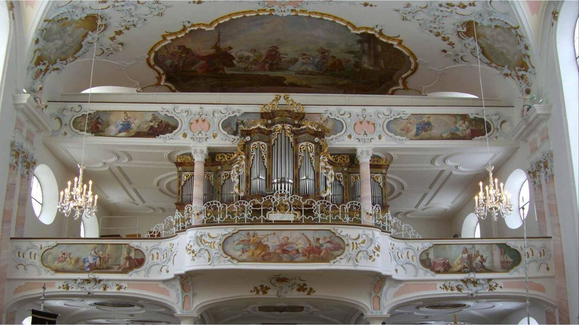 De geweldige rococo parochiekerk in Seeg.