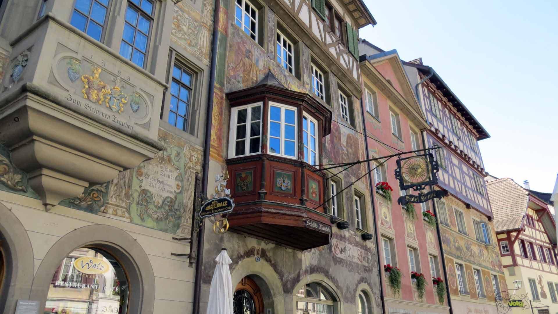 Veel panden in Stein am Rhein zijn versierd met prachtige fresco´s.