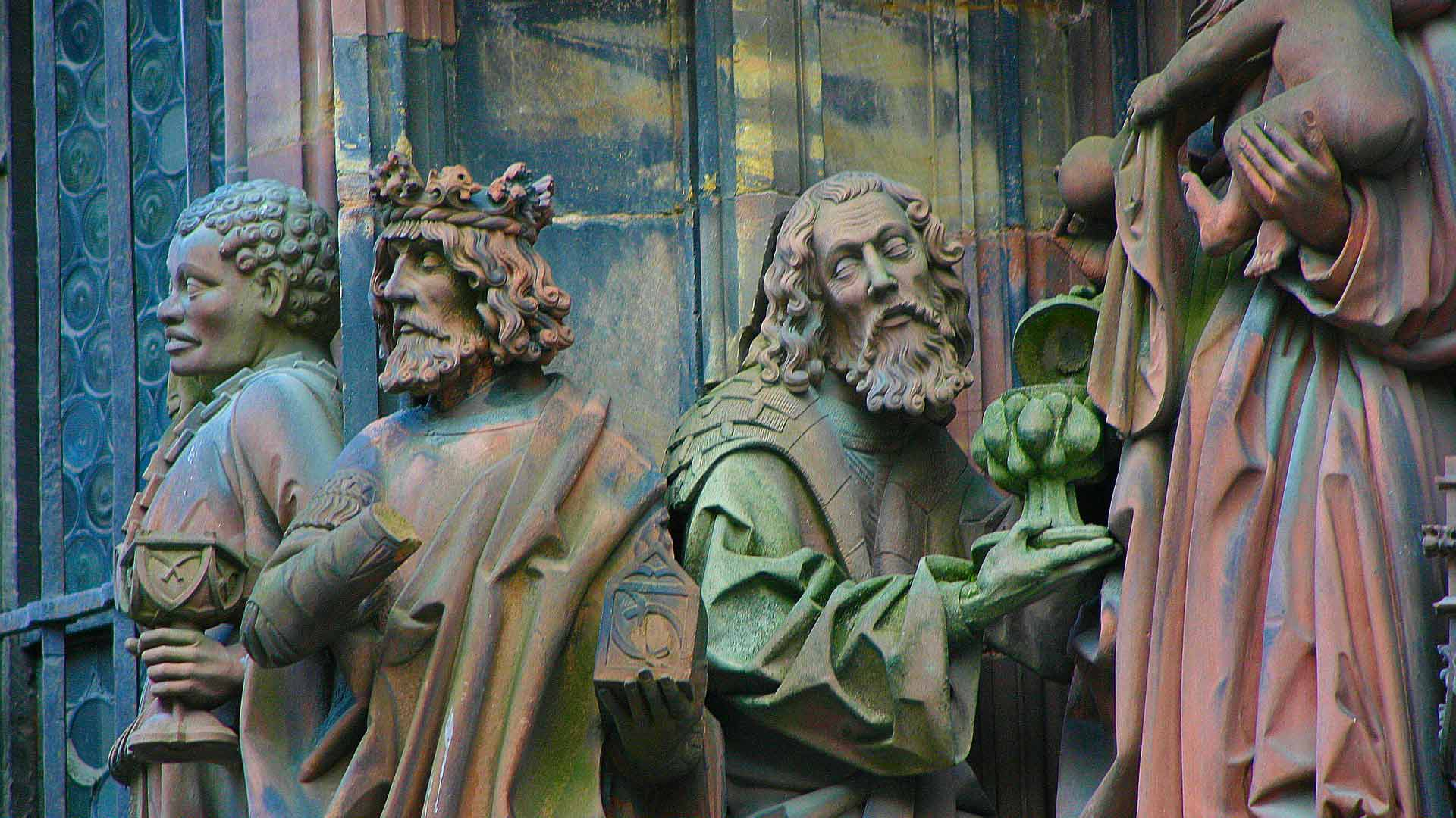 Prachtige beelden in een van de portalen van de kathedraal van Straatsburg.