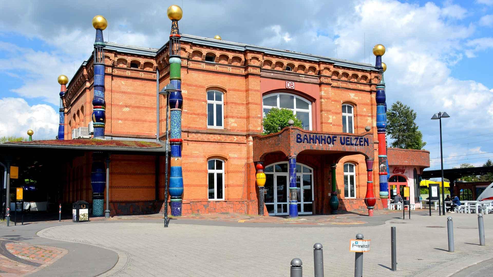 Het station in de stijl van Hundertwasser in Uelzen.