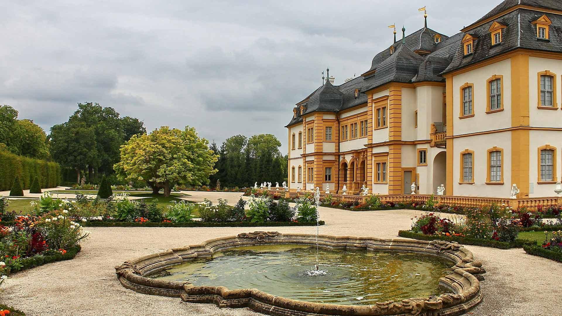 Schloss Veitshoechheim heeft ook een prachtige tuin in Franse stijl