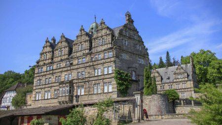 Schloss Hamelschenburg is een van de bezienswaardigheden onderweg op de Weserradweg.
