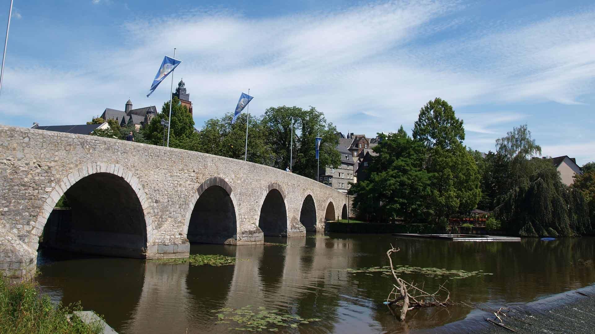 De oude brug over de Lahn in Wetzlar.
