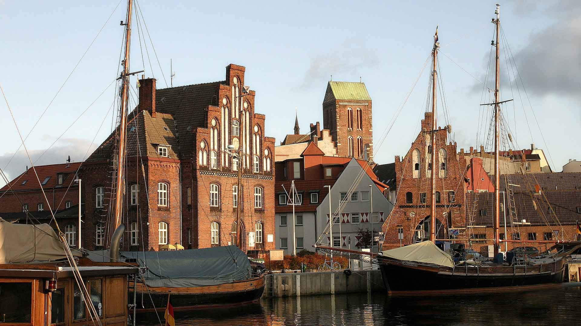 Het stadje Wismar aan de Oostzee lijkt wel te zijn weggelopen uit een 17de eeuws Nederlands schilderij.