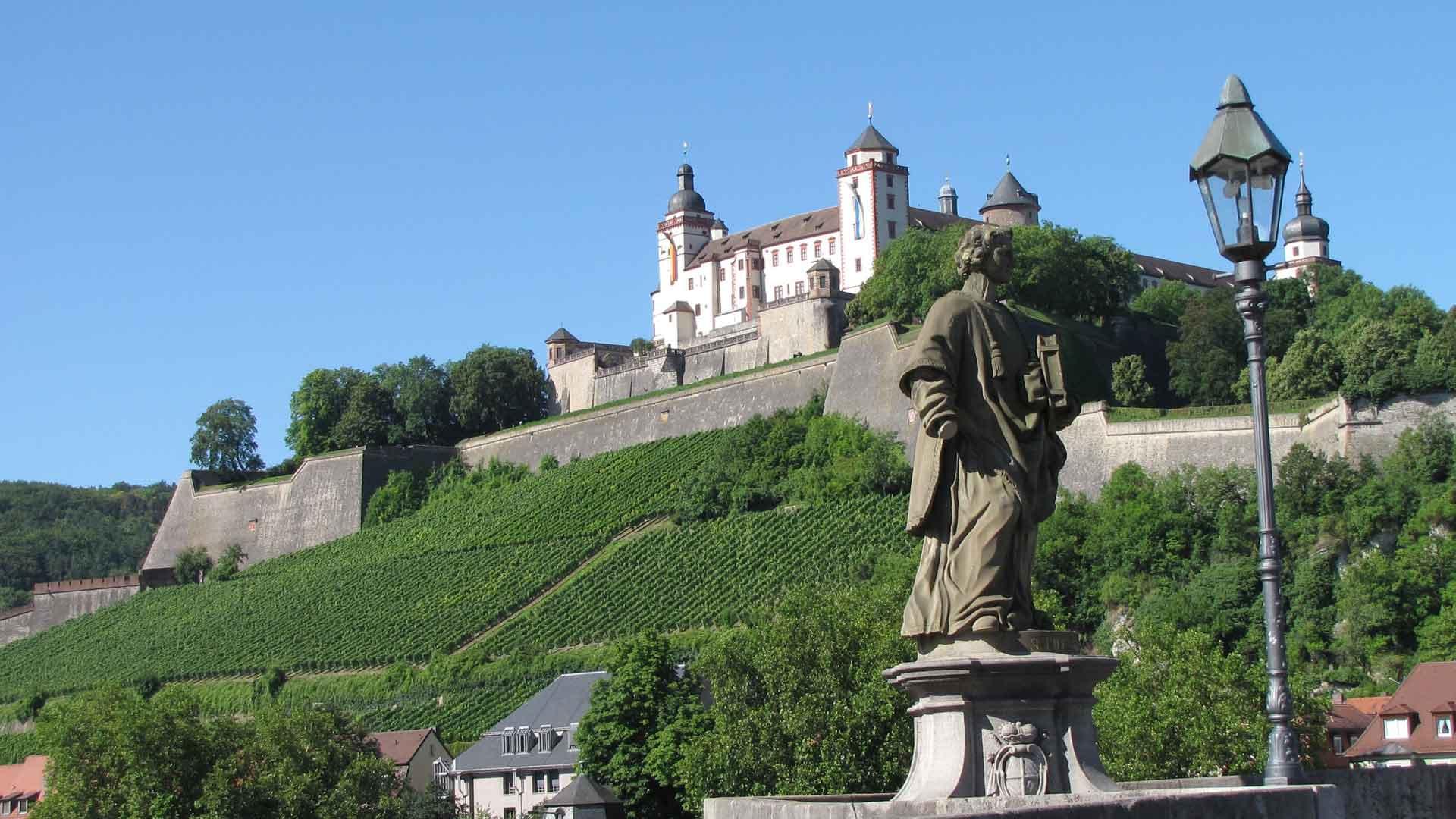 De Marienfestung bij Würzburg vanaf de oude brug over de Main.